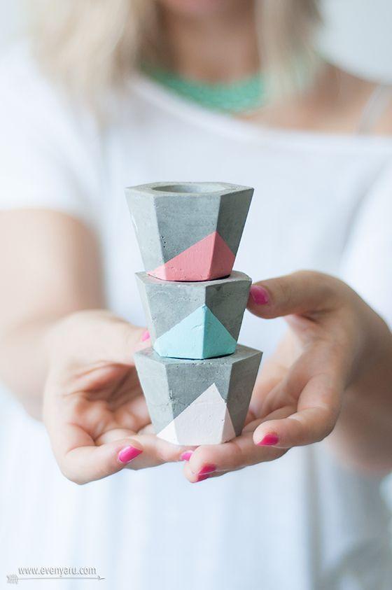 Motif géométrique pastel peint sur des petits pots de fleurs