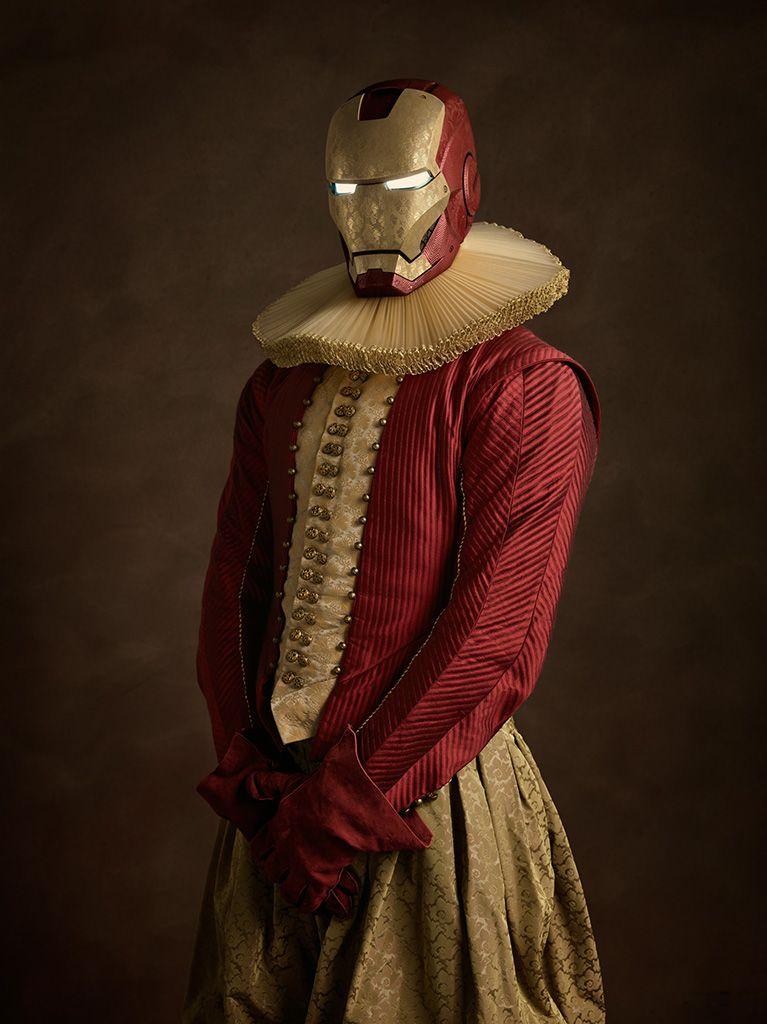 Portrait de Iron Man avec son masque, une collerette et vêtement soyeux