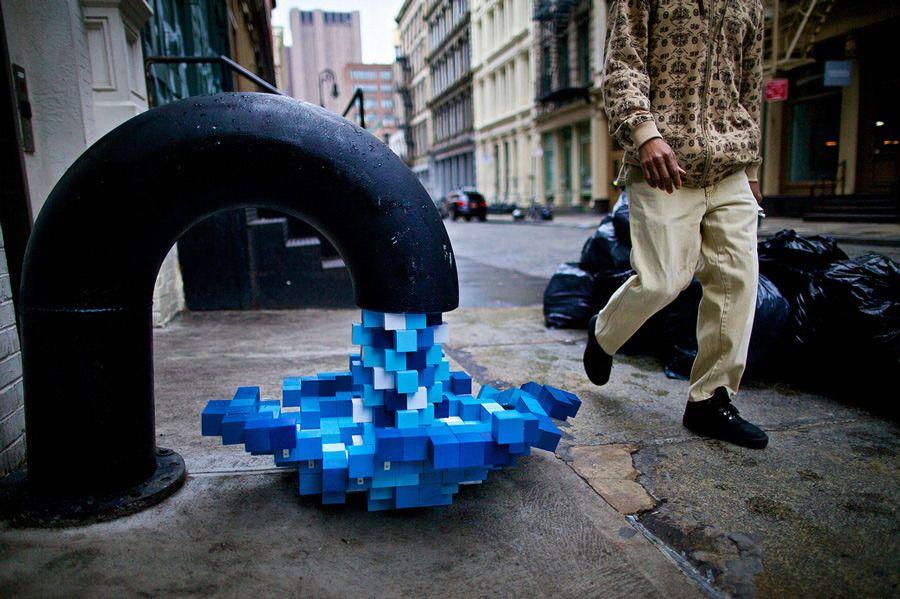 De l'eau en cubes sort d'un robinet sur le trottoir