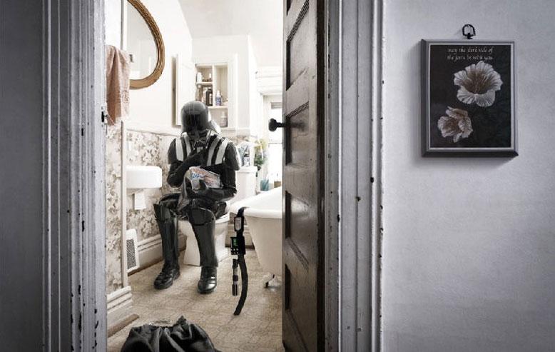 Dark Vador se documente sur la paternité sur la cuvette des toilettes
