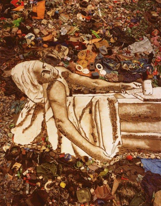Représentation avec des détritus de Marat mort dans sa baignoire par Vik Muniz