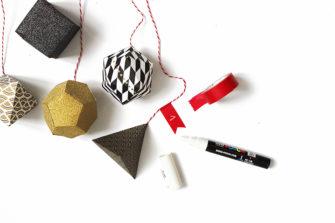 boites géométrique en carton coloré attachés chacun à un fil