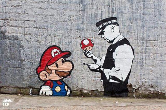 Un policier tient un champignon magique et pointe du doigt Mario Bros