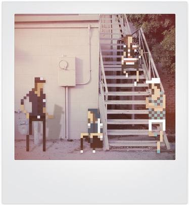 Jherin Miller intègre des personnages en pixels à des photos Polaroïds