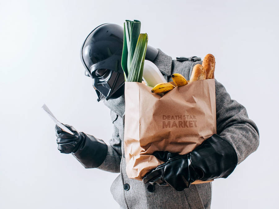 Dark vador avec un sac de course