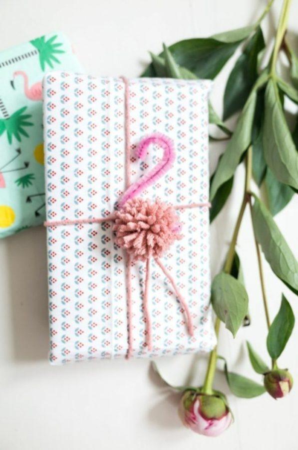 Paquet cadeau avec un flamand rose en pompon et fil chenille rose