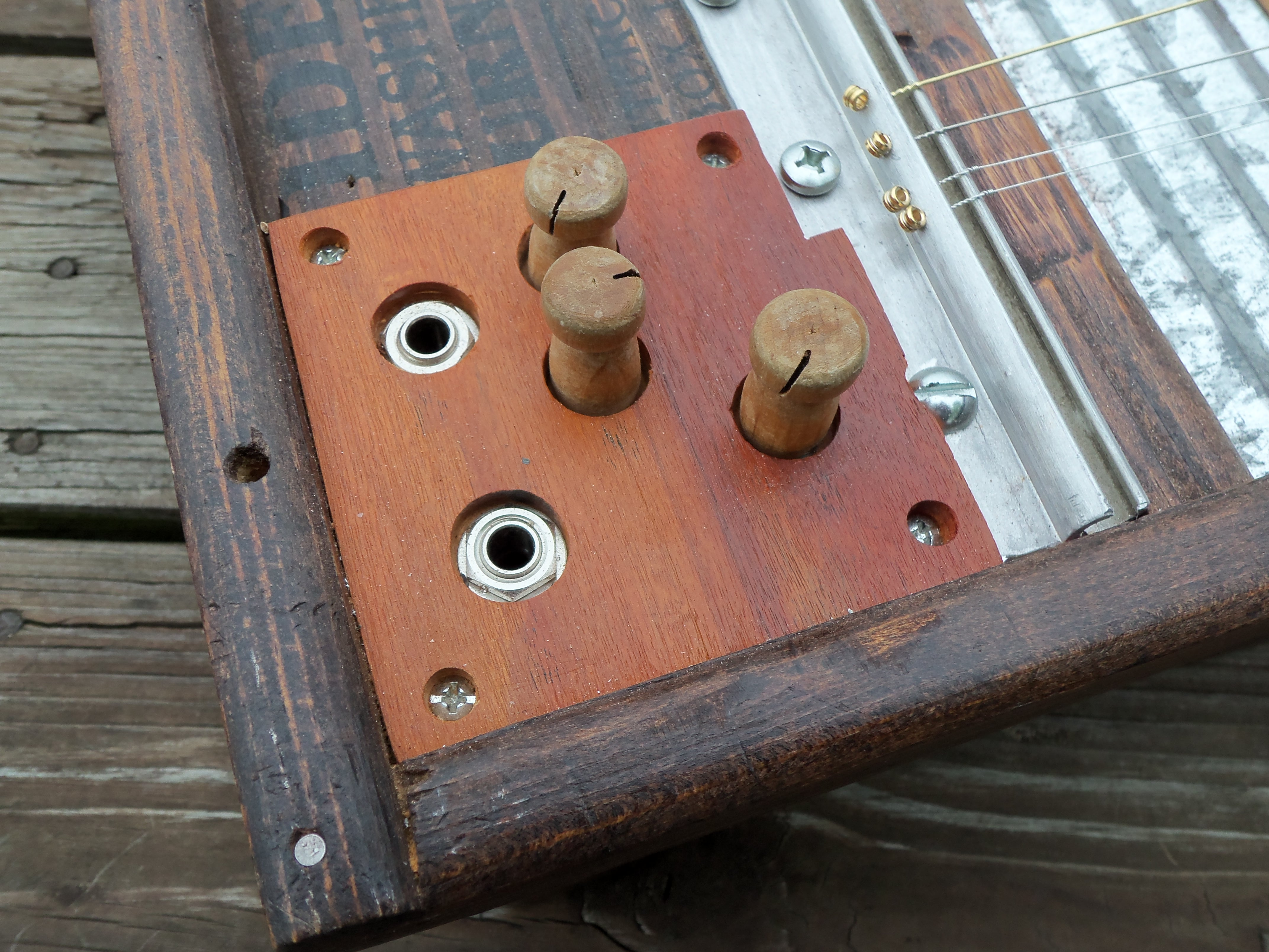 small resolution of on my washboard build the amish harp i used 4 rod piezo s in the bridge and a mag pickup under the metal part of the washboard
