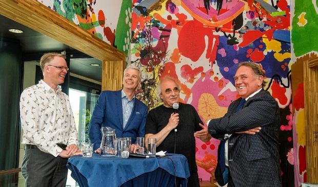 <p>De presentatie van het boek van Miro Lucassen (links) in 2015 met Hans Vahstal (geheel rechts) en wethouder Hans Buijtelaar (tweede van links). Arjeh Kalmann is de interviewer.</p>