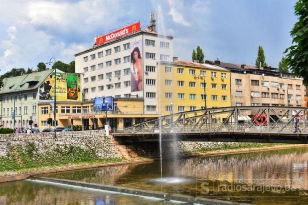 Foto: Admir Kuburović / Radiosarajevo.ba/Plutajuća fontana u koritu rijeke Miljacka