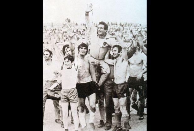 Facebook/Trener Ribar na ramenima igrača i navijača