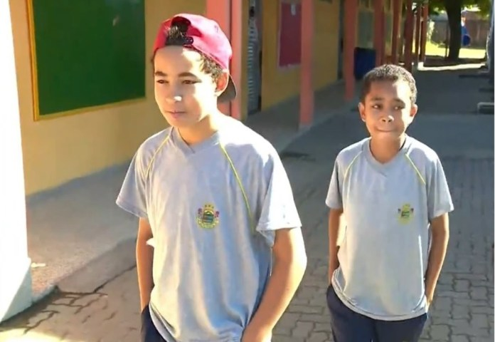 Pierre (atrás) e Igor (na frente) na escola onde estudam