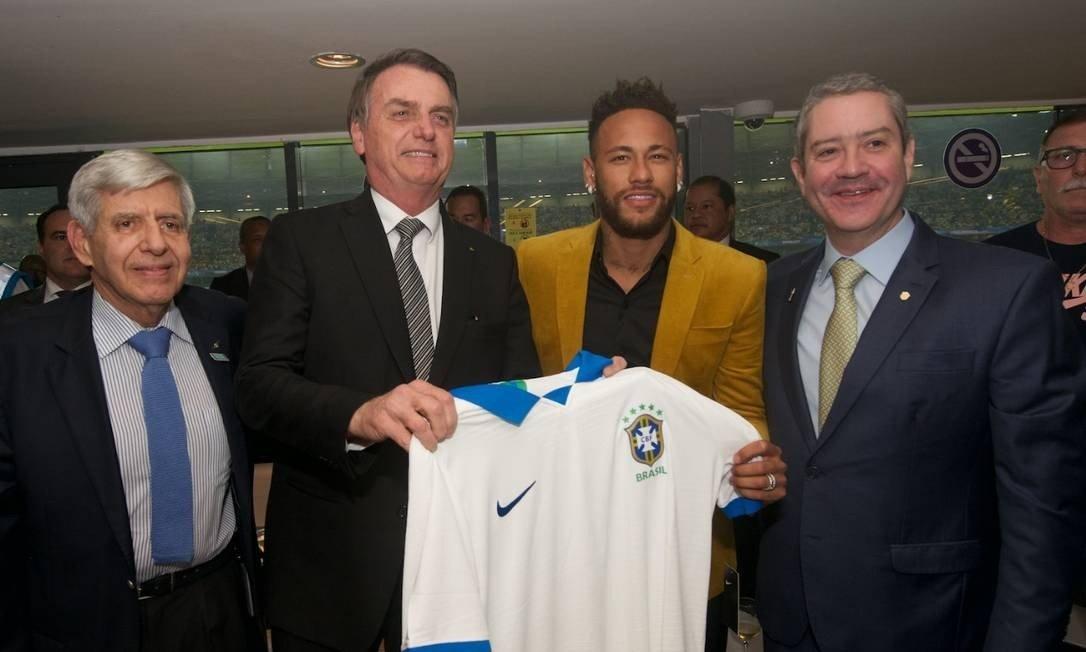 O presidente Jair Bolsonaro exibe uma camisa da seleção brasileira ao lado de Neymar, do presidente da CBF, Rogério Caboclo, e do general Augusto Heleno, chefe do GSI