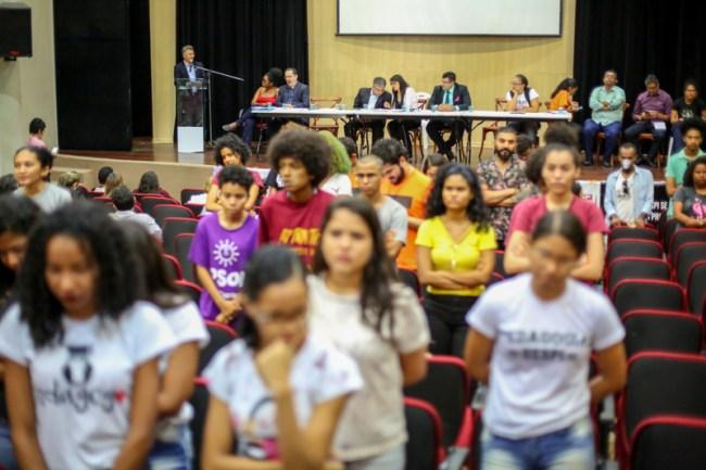 Estudantes ficam de costas durante discurso de Evandro Alberto, reitor em exercício