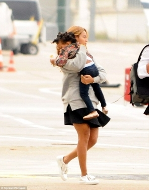Beyonce Struggles To Carry Growing Blue Ivy | PHOTO