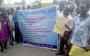 LASU Students Shut Down Fashola's Office