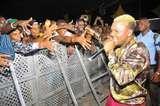 Oritse Femi stoned by fans at Bovi's Show after Ashanti & Ja'Rule's Performances
