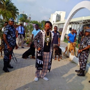 SEE Dbanj Surrounded By Heavy Security Guards And Mean Dogs