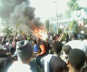 UNIJOS students protest hike in school fees