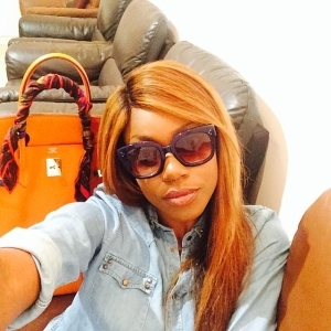 Yvonne Nelson Puts Her Gold iPhone 6 On Display As She Flaunts Her Fresh Laps | PHOTOS