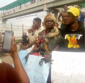 Native Doctor Spotted At #ENDSARS Protest With Fetish Items (Photos)