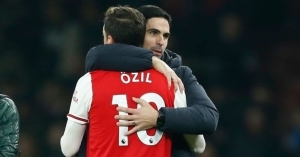 "Arsenal Invincible Lauren Has Said That Ozil's Omission From Arteta's 2020/21 PL Squad Is His ""Own Fault"""