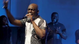 Sammie Okposo – Nigerian Worship Medley (LIVE) (Music Video)