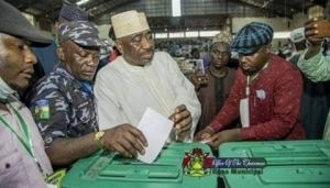 Police Officer Captured Voting During Kano APC Congress In Trouble (Photo)