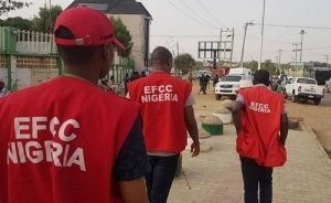 EFCC Arrests 10 Suspected Internet Fraudsters In Ibadan