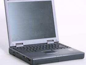 Elevii din clasa a IX-a şi profesorii primesc laptopuri de la minister