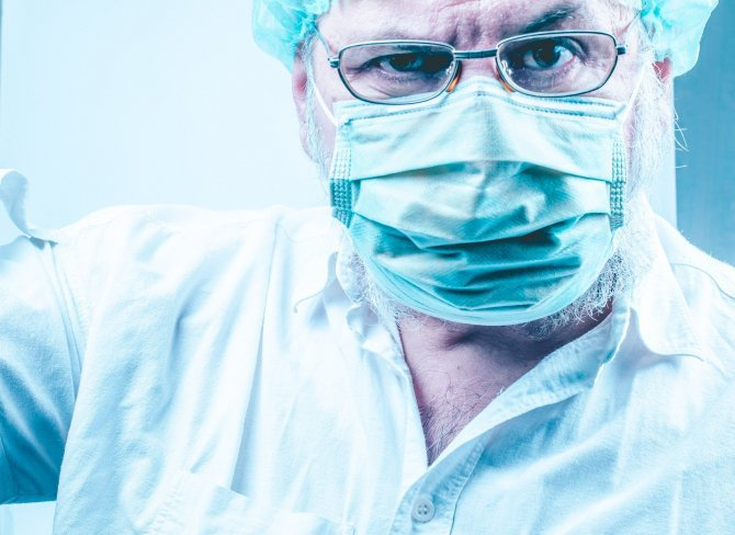 Article image A doctor who ignored coronavirus and coughed with his colleagues was arrested