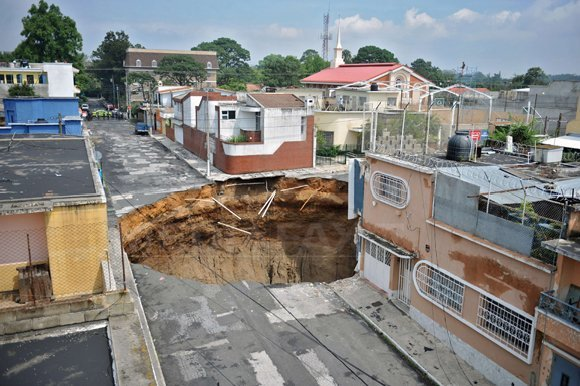 O groapă creată de o furtună tropicală a înghiţit o clădire de trei etaje (Imagine: Mediafax Foto/AFP)