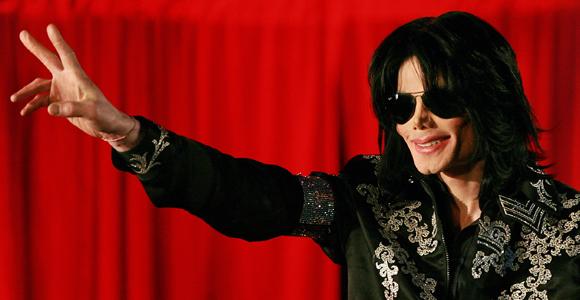 Celebrul cantaret de muzica pop a decedat dupa ce a suferit un stop cardiac la locuinta sa din West Los Angeles. Un apel la 911 a fost efectuat la 12,21 ora locala, starul ajungand la spital in coma profunda.