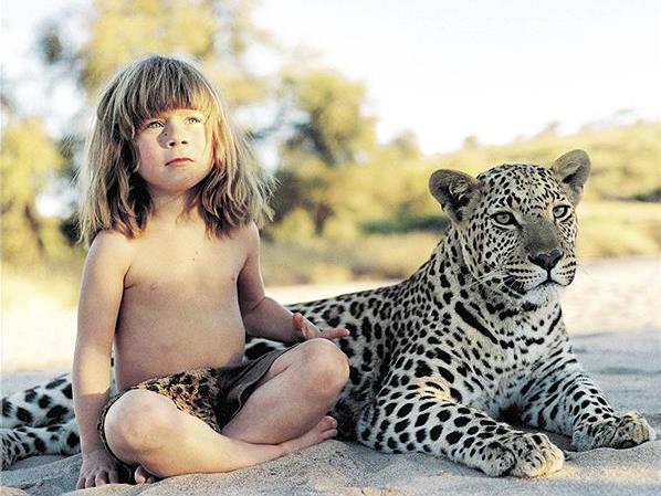 Fetiţa care a trăit 10 ani în jungla africană (Poze şi video)