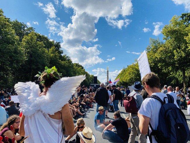 Протестувальники, які виступають проти коронавірусних обмежень, у Берліні принесли прапор ДНР і просили про допомогу Путіна і Трампа 03