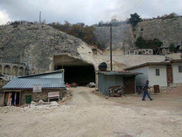 РПЦ у Криму знищує печерне місто Качі-Кальон через спорудження їдальні на 200 осіб, - журналіст Клименко 04