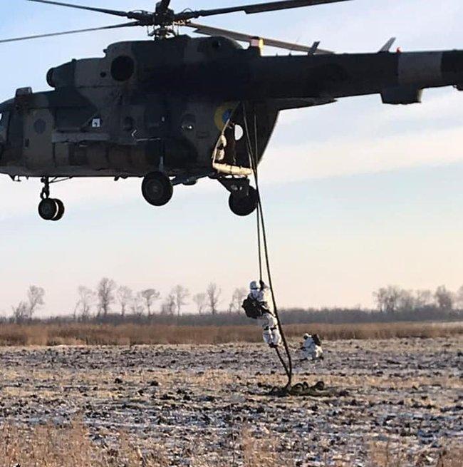 Воины 81-ой ОАБр отработали беспарашютное десантирование с вертолета 04