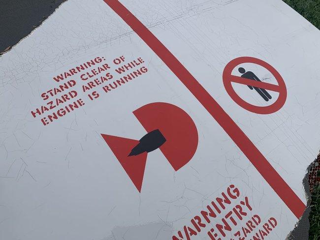 У США у пасажирського літака Boeing 777 під час польоту загорівся двигун: уламки падали в житловий район 05