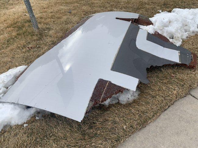 У США у пасажирського літака Boeing 777 під час польоту загорівся двигун: уламки падали в житловий район 01