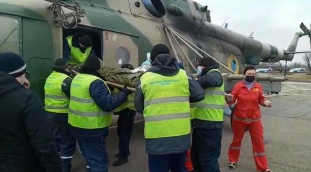 Война без выходных: в Днепр на вертолете эвакуировали двух военнослужащих с минно-взрывными травмами 01