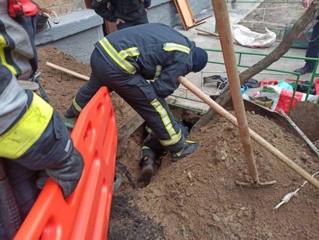 Мужчина погиб в Киеве в результате обвала грунта 03