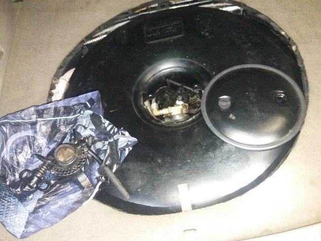 Ствол - в бампере, тренога - в газовом баллоне, под ковриком водителя - бронещит: украинец пытался вывезти в Россию разобранный на части пулемет 01