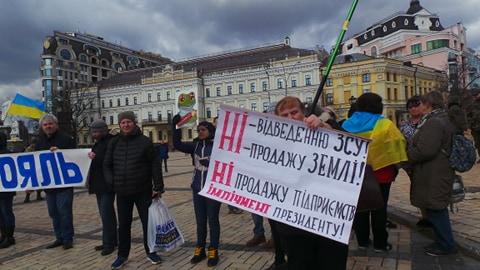 Добровольці зібралися в Києві на Марш патріотів: Ані кроку назад! Припинити політику капітуляції! 07