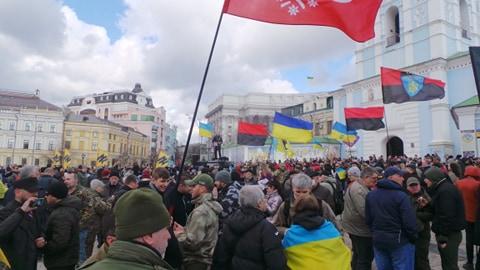 Добровольці зібралися в Києві на Марш патріотів: Ані кроку назад! Припинити політику капітуляції! 03