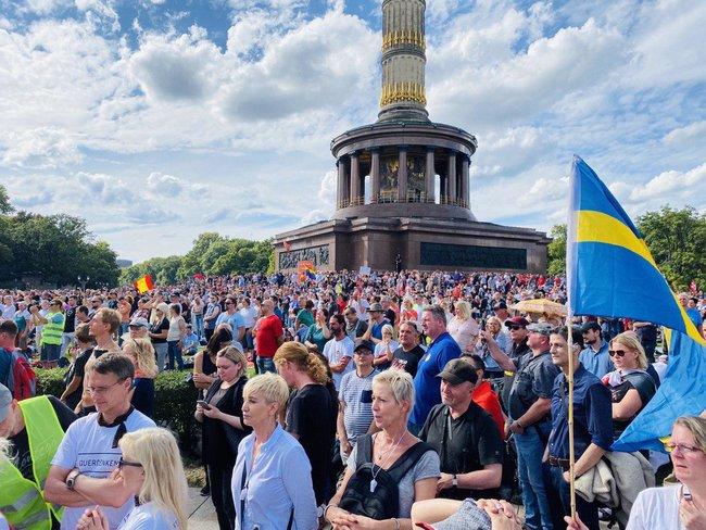 Протестувальники, які виступають проти коронавірусних обмежень, у Берліні принесли прапор ДНР і просили про допомогу Путіна і Трампа 02