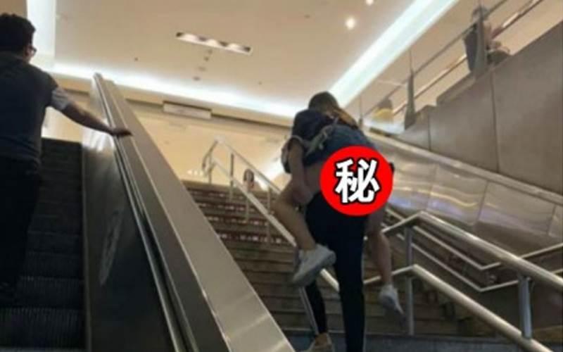 北車上演情侶戲碼!勇男背女上樓「大方」眼尖網友發現左方...:求解啊~