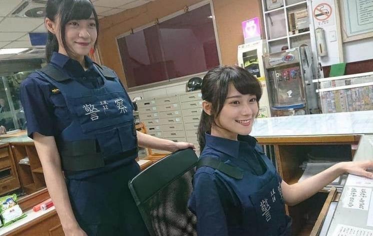 去警察局辦事情…驚見超正「雙胞胎警花」好康福利++:戀愛了求逮捕!