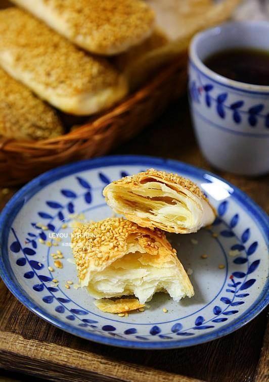 不用發麵。在家做出層次分明、酥到掉渣的燒餅