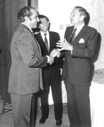 David Rockefeller nel 1980 ad Abu Dhabi (a destra) con Jawad Hashim, presidente del Fondo Monetario Arabo. Foto: Hashmoder CC-BY-SA-3.o