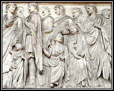 Membri di una famiglia romana. Le donne indossano la palla e la stola, una giovane ragazza e due ragazzi piccoli indossano la toga; un uomo indossa una cloack e una tunica, gli altri la toga.