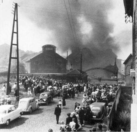 L'immagine simbolo della tragedia della miniera di carbone belga di Marcinelle (8 agosto 1956) raffigurante l'incendio del pozzo Bois-du-Cazier. I minatori italiani morti a   Marcinelle furono 136 (262 il numero totale delle vittime).
